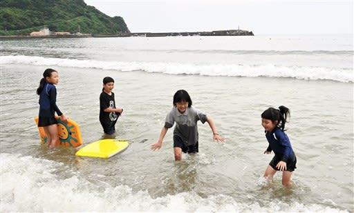 初泳ぎ「楽しいな」 天草市の白鶴浜海水浴場で海開き